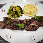 Entrana con reduccion de balsamico, acompanada de ensalada de brocoli con frutos secos y pure